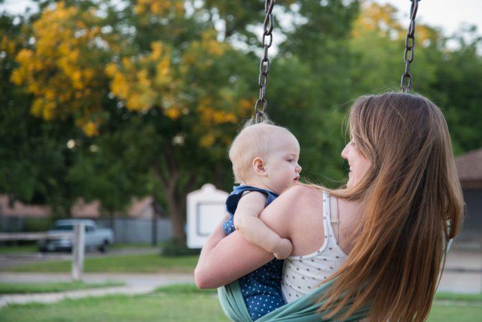 Fødealderen er faldet: Flere unge supplerer bøger med baby