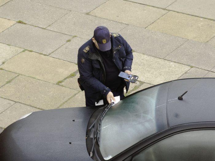 Volden mod parkeringsvagter er mere end halveret på et år