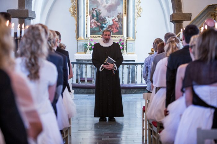 Folkekirken bløder: Hvornår er folkekirken ikke længere folkets kirke?