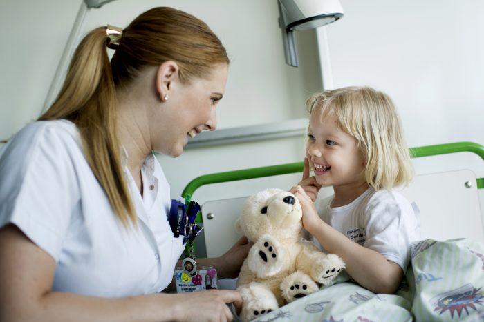 Krammebamser skaber tryghed på danske hospitaler