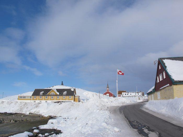 Grønland kan skimte selvstændigheden i en horisont dækket af sten og is