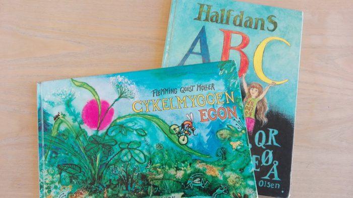 Skolebørn trækkes stadig med 50 år gamle bøger