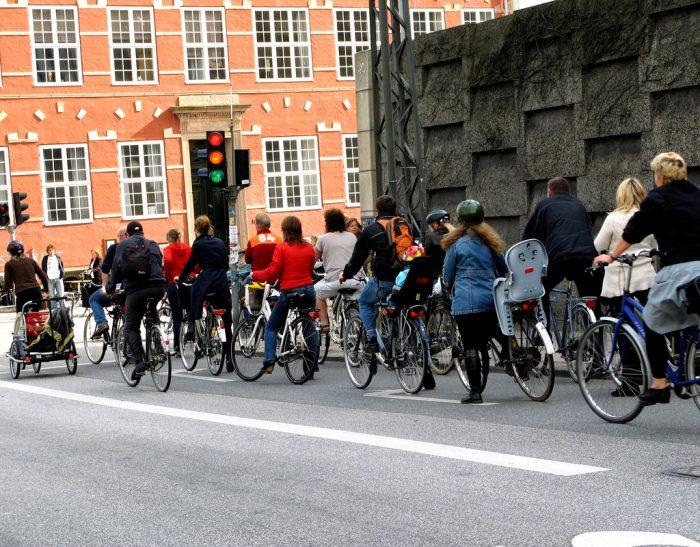 Venstrefløjen fører an på cykelstien – højrefløjen tager bilen