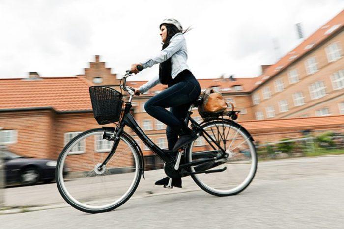 Opfordring til forældre: »Når I husker cykelhjelmen, bliver det lettere at få jeres børn til at gøre det samme«