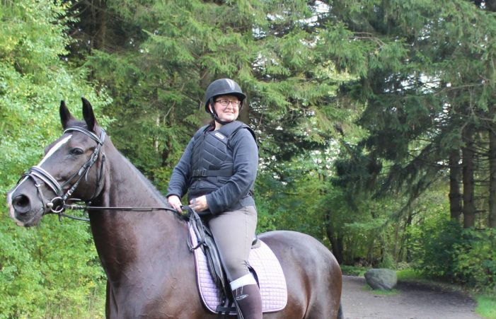 """Kamillas hest blev skræmt af cykelryttere: """"Heldigt, jeg ikke brækkede ryggen"""""""
