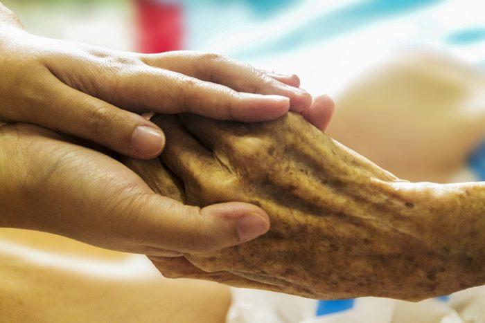 Pårørende til syge står alene: Nu skal de vejledes