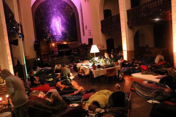 Gå til sovekoncert og dyrk yoga i Guds hus