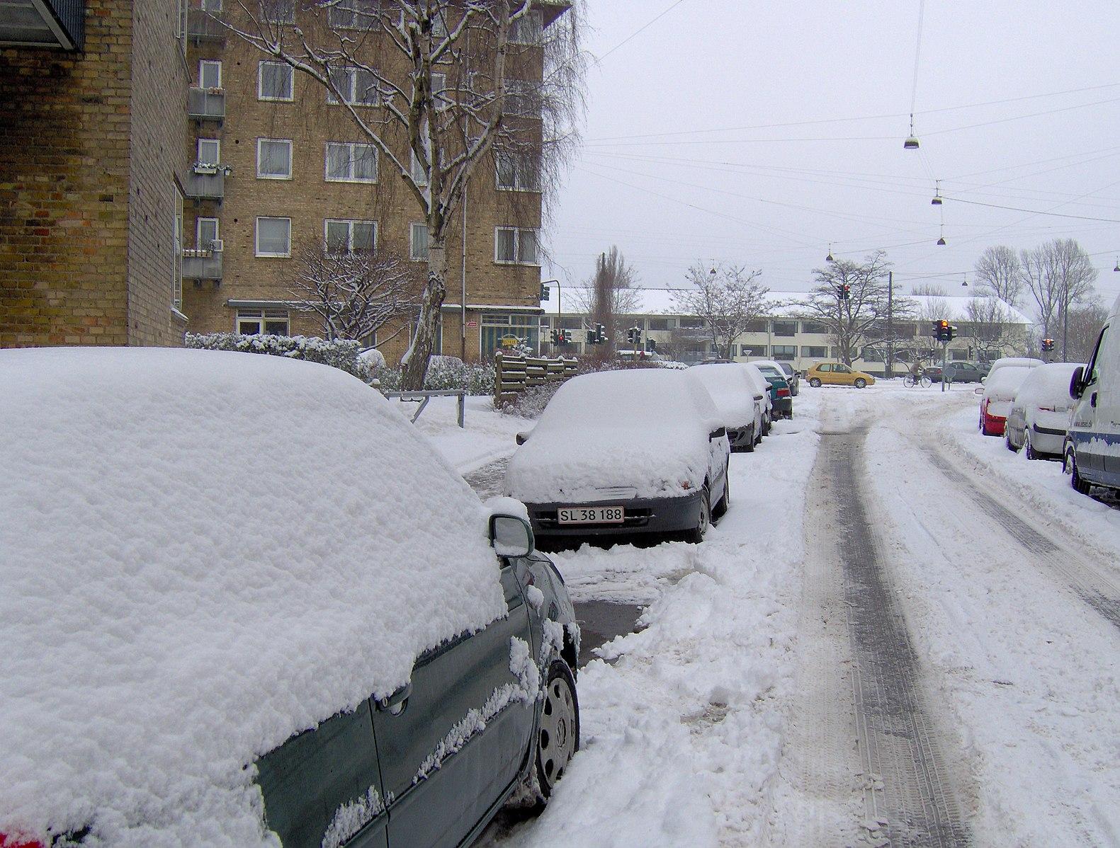 Parkerede_biler_med_sne_(4320588280)