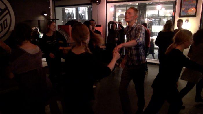 TV: Lindyhop samler danseglade til en svingom