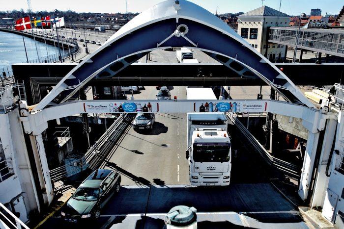 Fejl i robotarm og venten på batteri: Det sejler for de danske el-færger