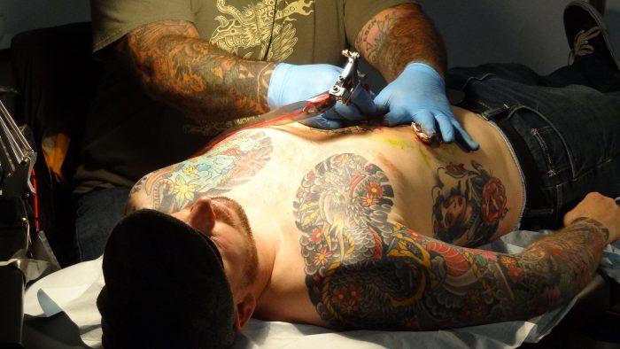 Rundspørge: Hver tredje tatovør har betalt til kriminelle