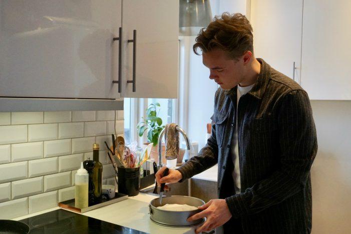 Rasmus sælger kødsovs og æblekage til fremmede fra sit køkken