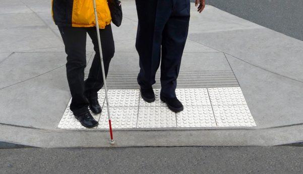 Snart kan alle ældre blinde blive fulgt over vejen