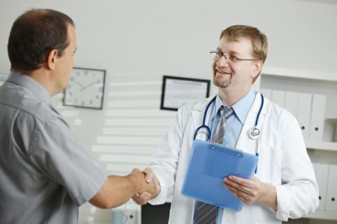 Patienter udskrives tidligt: Nu hyrer kommune læge til at tage sig af dem