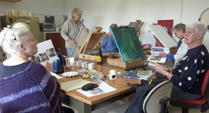 Lejre bekæmper ældres ensomhed med kunst og yoga