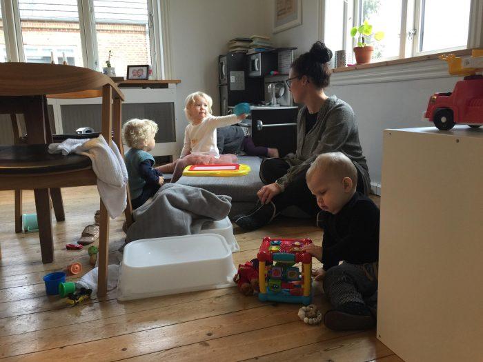 """Pædagoger finder alternative måder at passe egne børn på: """"Det giver så meget mening, at jeg får en hel klump i halsen"""""""