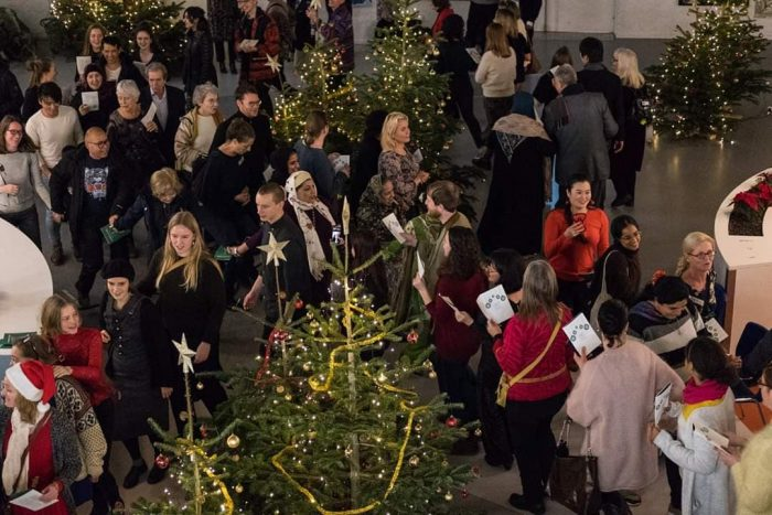 250 gæster fra forskellige kulturer danser om juletræet og spiser sambusa