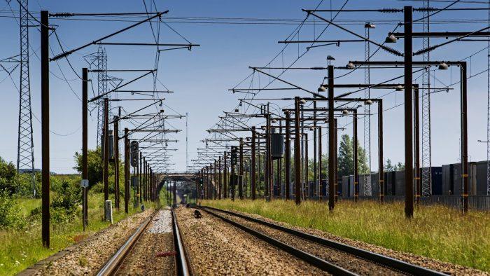 Folk har hovedet under armen: Manglende respekt for toge fører til flere ulykker