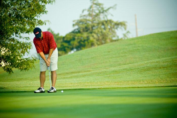 Person spiller golf