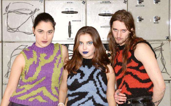 Ung iværksætter strikker sweater-skulptur til Aarhus Pride